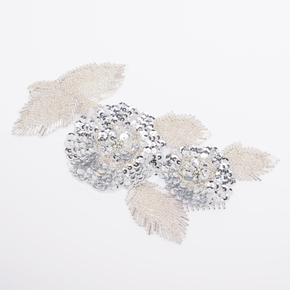 スパンコールで立体的に刺繍された華やかなヘッドドレス