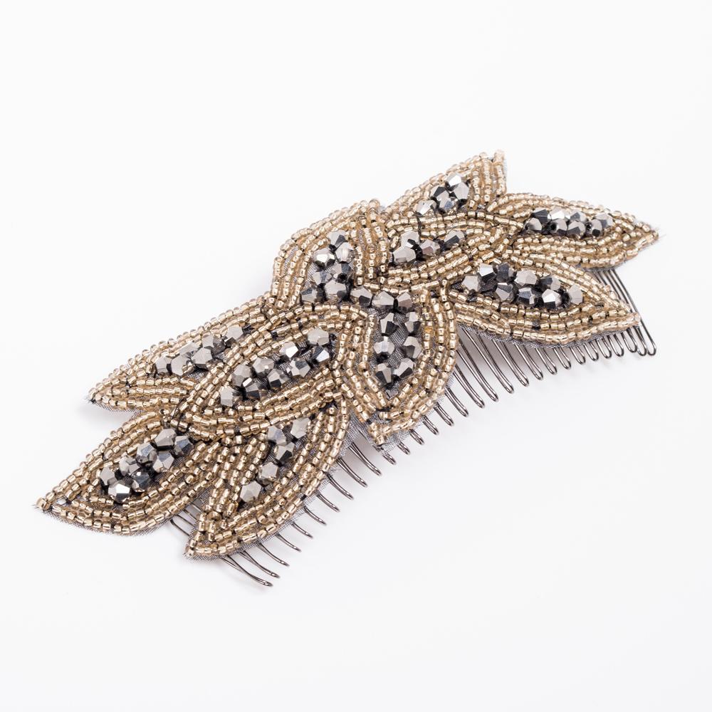 花びらが重なるようにビーズで刺繍されたクラシカルなヘッドドレス