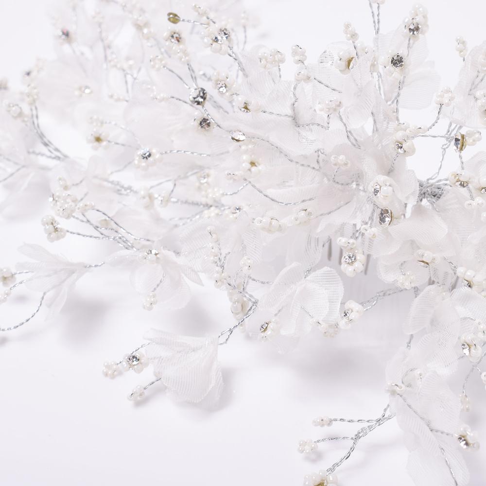 透け感のある素材の花びらが美しいデザイン
