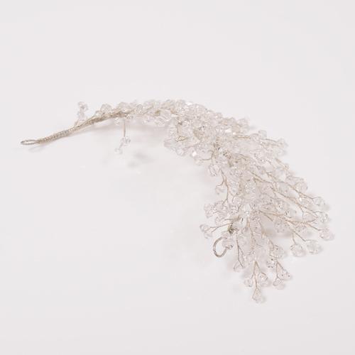 羽根のようなボリュームと密度のあるフォルムで、ヘアを可憐に演出します