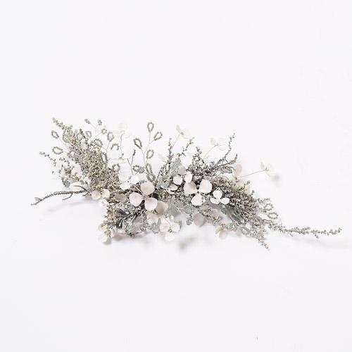 プリザーブドフラワーと白いブライダルベールの小花を組み合わせたヘッドドレス