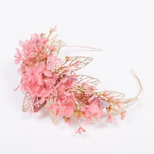 ゴールド×ピンクの組み合わせが可愛い存在感のあるヘッドドレス