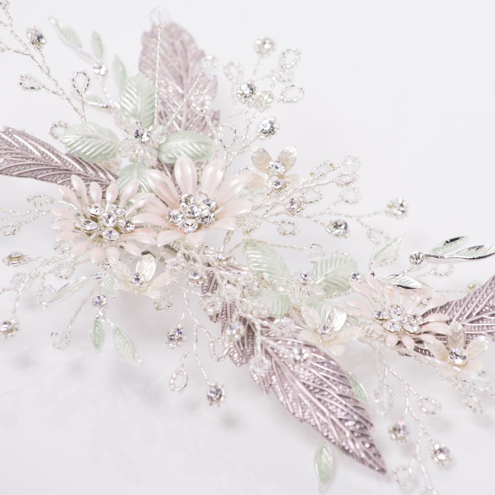 上品なマットシルバーの中に淡いピンクとグリーンの着色したお花が可憐なデザイン☆