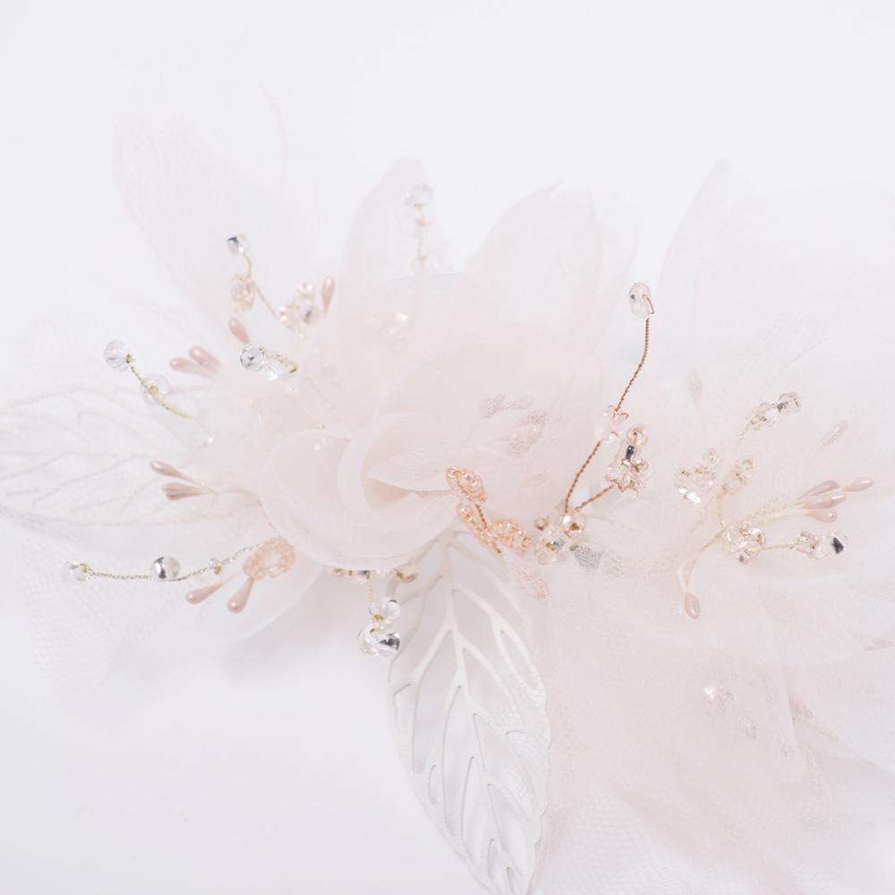 淡いピンク色のビーズや花芯がフェミニンな印象を与えてくれます☆