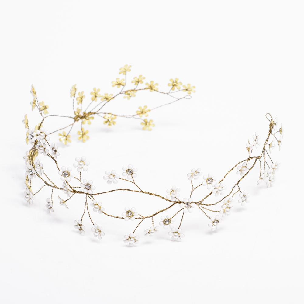 小さなお花が雪のように舞うクラシカルな雰囲気のヘッドクラウン