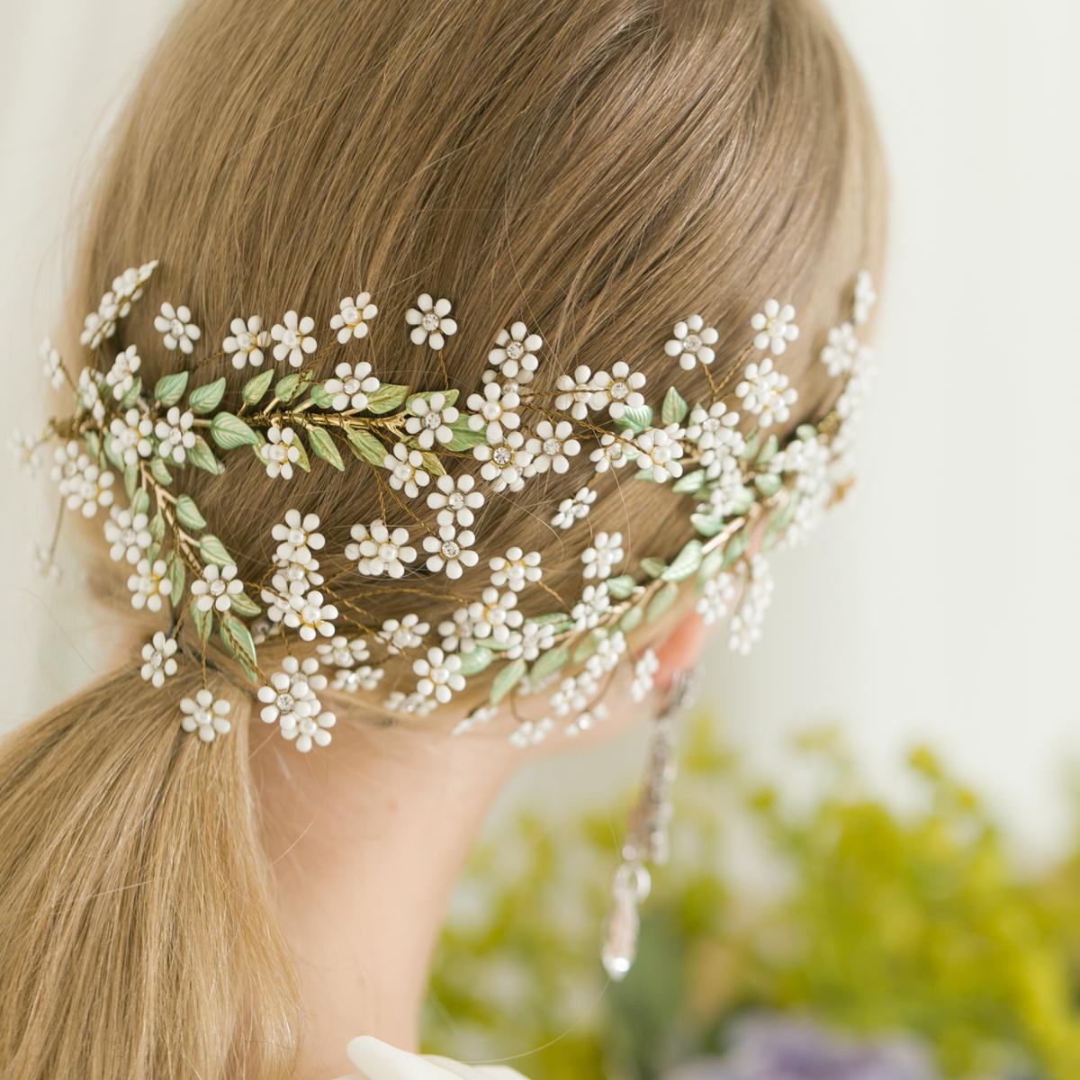 小さなお花が雪のように舞うクラシカルな雰囲気のヘッドドレス
