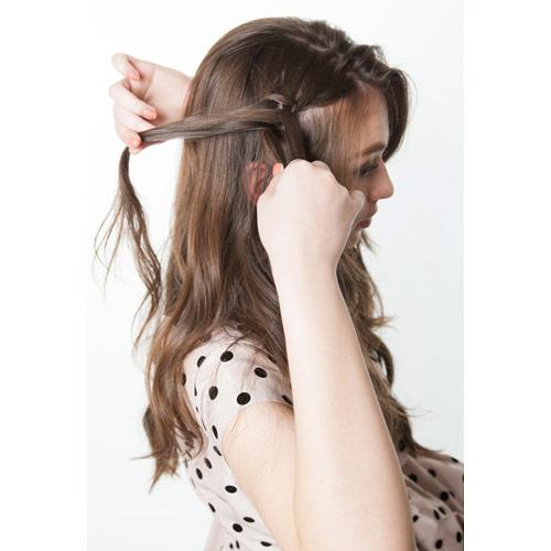 1. サイドの髪で三つ編みをつくる